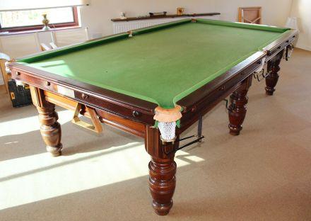 (M1121) 9 ft Mahogany Turned Leg Snooker/Pool Table