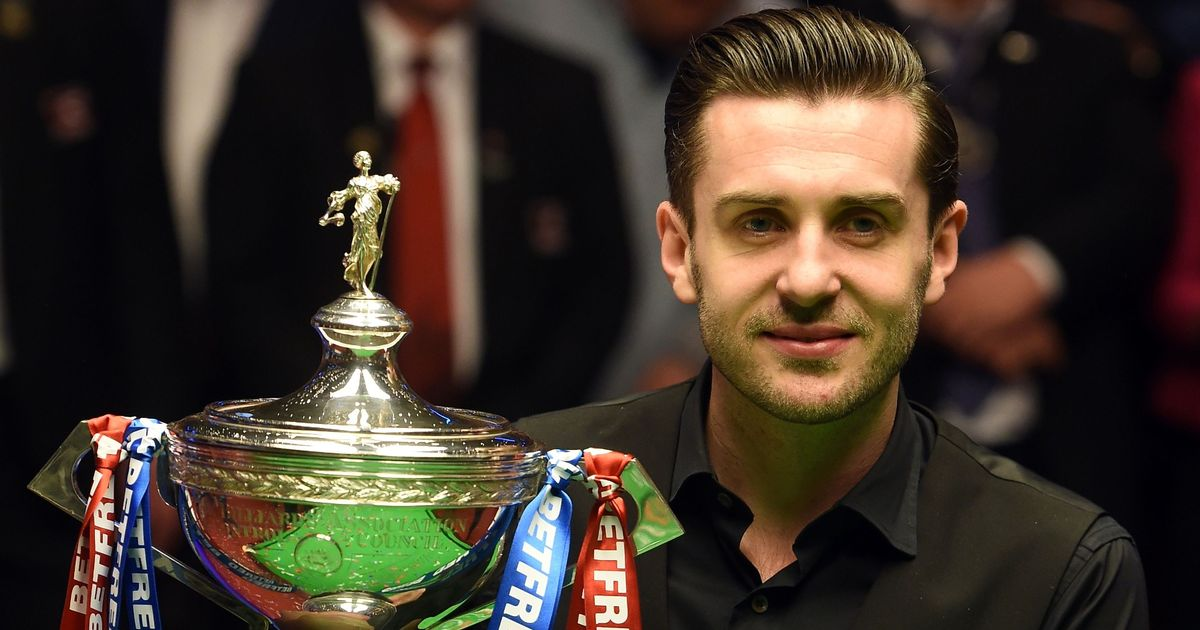 Englands-Mark-Selby-lifts-the-trophy-af