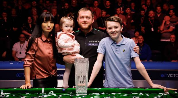 Mark Allen celebrates with his family after winning the final of the 2018 Scottish Open